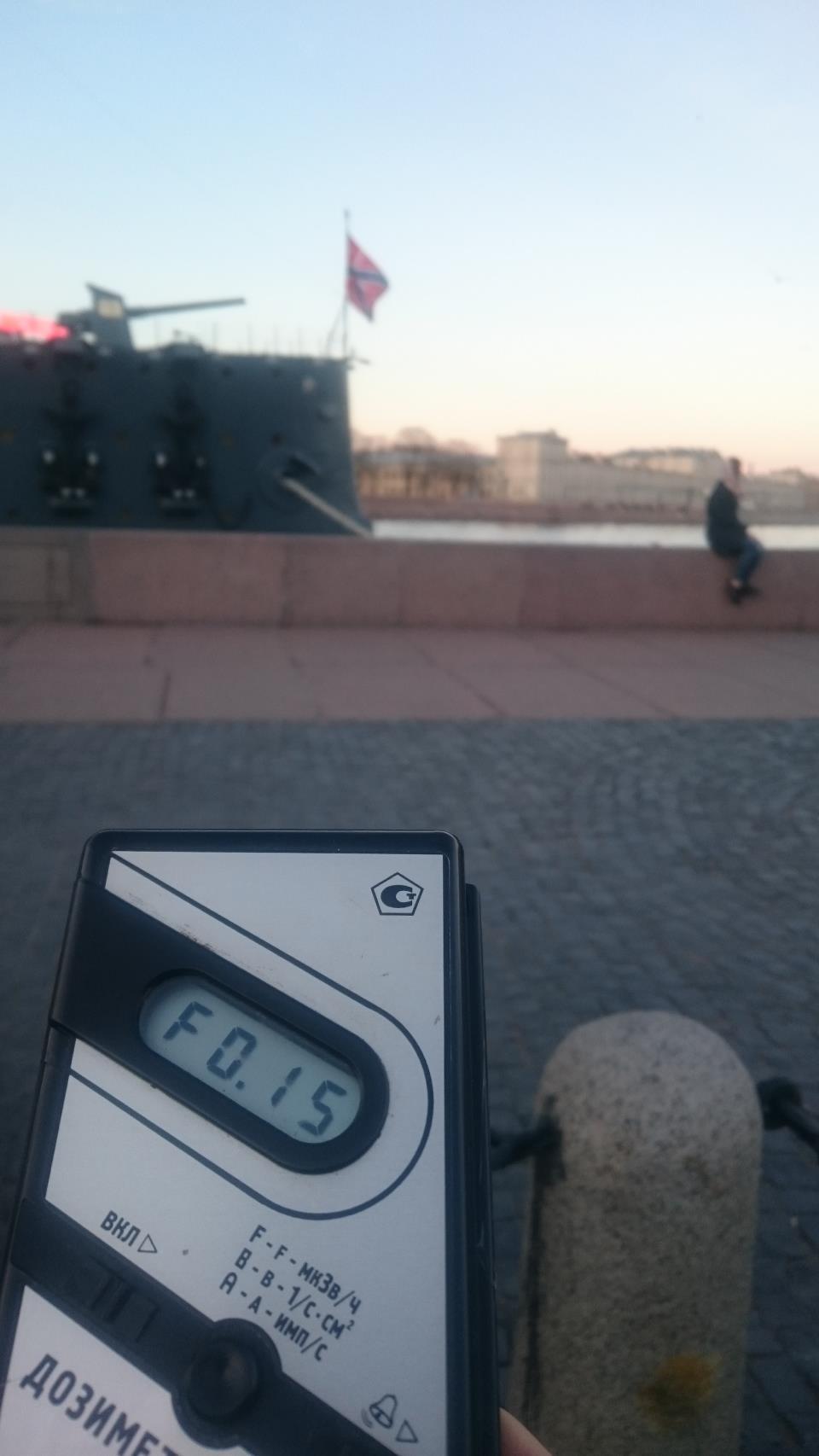 Точка измерения МЭД гамма-излучени на Петроградской набережной напротив крейсера Аврора в Санкт-Петербурге