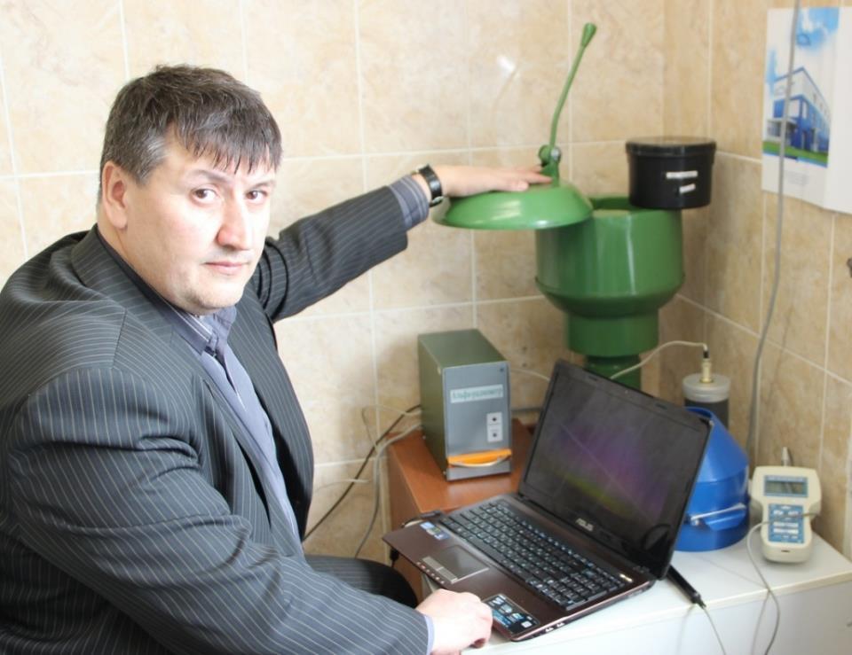 Александр Куровский работает на альфа-радиометре в лаборатории радиационного контроля НИИ ББ ТГУ.