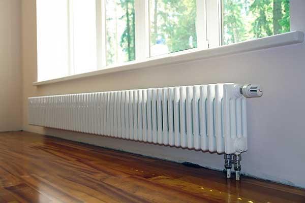 Секционный радиатор, установленный под окном