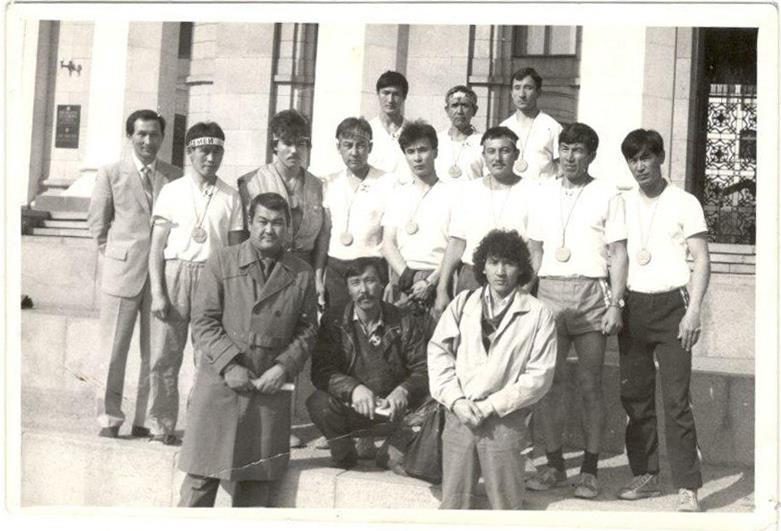 Серик (третий слева во втором ряду).jpg