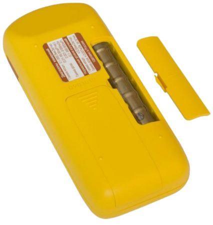На тыльной стороне помимо батарейного отсека находится крышка датчика для измерения бета-частиц