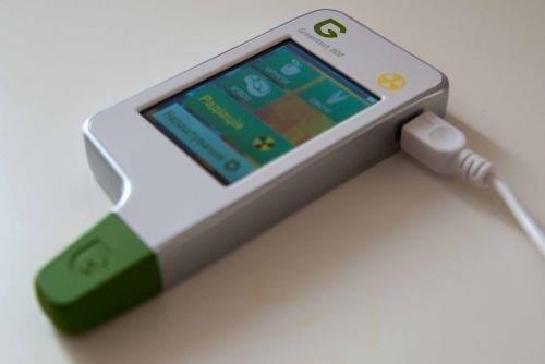 USB-порт для подзарядки устройства расположен на боковой стороне корпуса